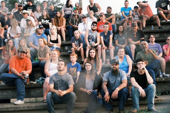 Người dân Missouri tham dự một hội chợ địa phương ở Rolla, khi thành phố này đã chứng kiến sự gia tăng đột biến về lây nhiễm COVID-19 - Ảnh: CNBC/Getty Images