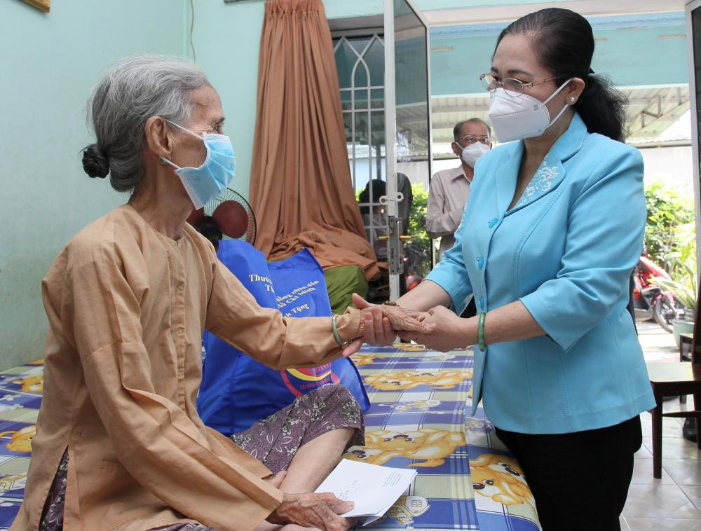Chủ tịch HĐND TPHCM Nguyễn Thị Lệ thăm hỏi cụ Nguyễn Thị Bắp - Ảnh: Hoàng Hùng.