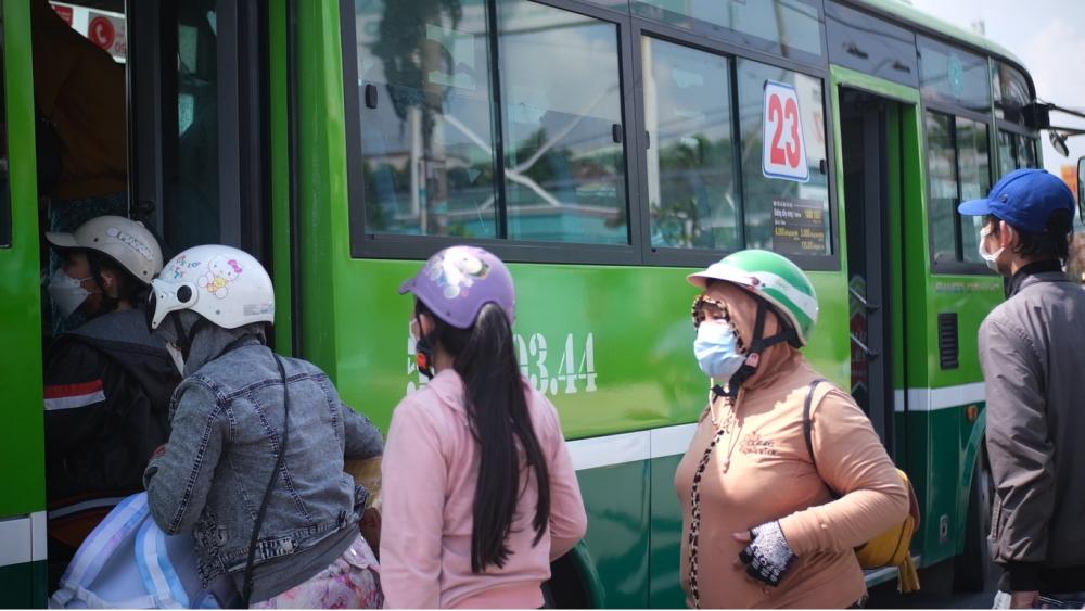 Người dân các tỉnh miền Tây được hỗ trợ về quê bằng xe buýt