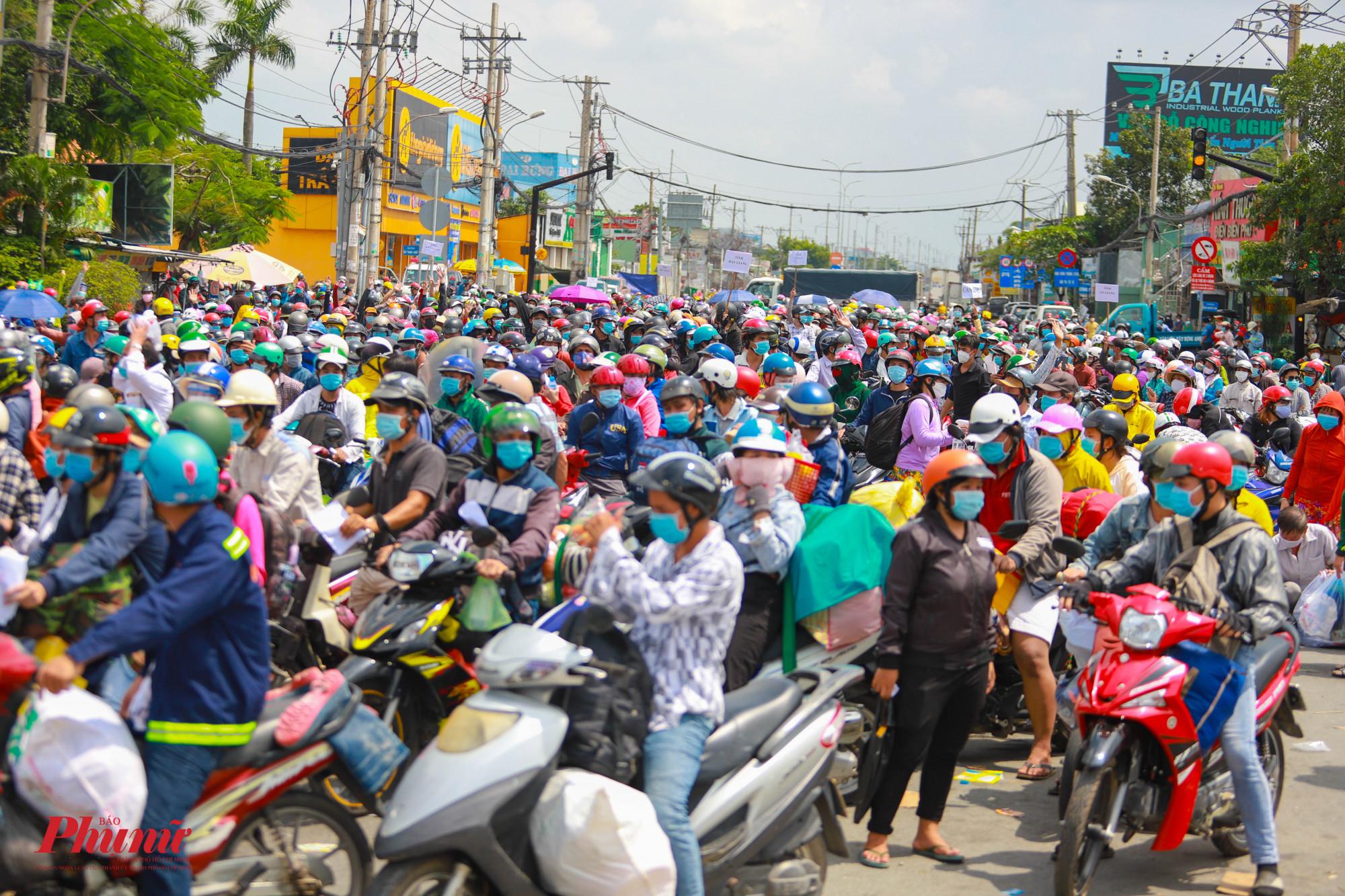 Người dân rời TPHCM về miền Tây vào ngày đầu tiên thành phố mở cửa. Ảnh: Tam Nguyên