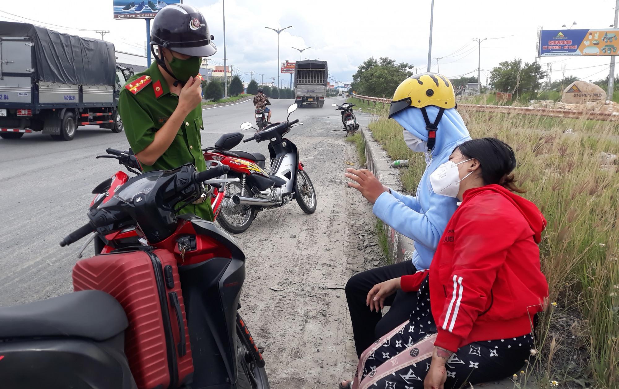 Một phụ nữ về quê Hậu Giang bị tai nạn dọc đường được lực lượng công an và phóng viên báo chí hỗ trợ để tiếp tục về quê