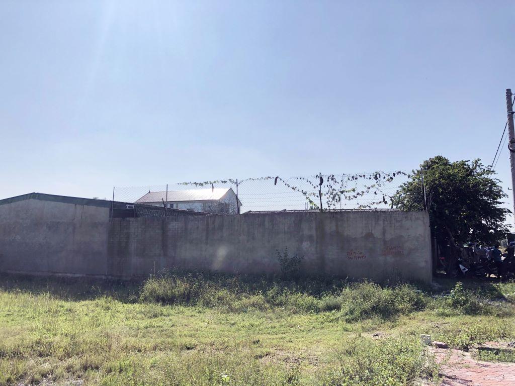 Trang trại gà được bao bọc bởi tường vây kiên cố, có thép gai bảo vệ phía trên