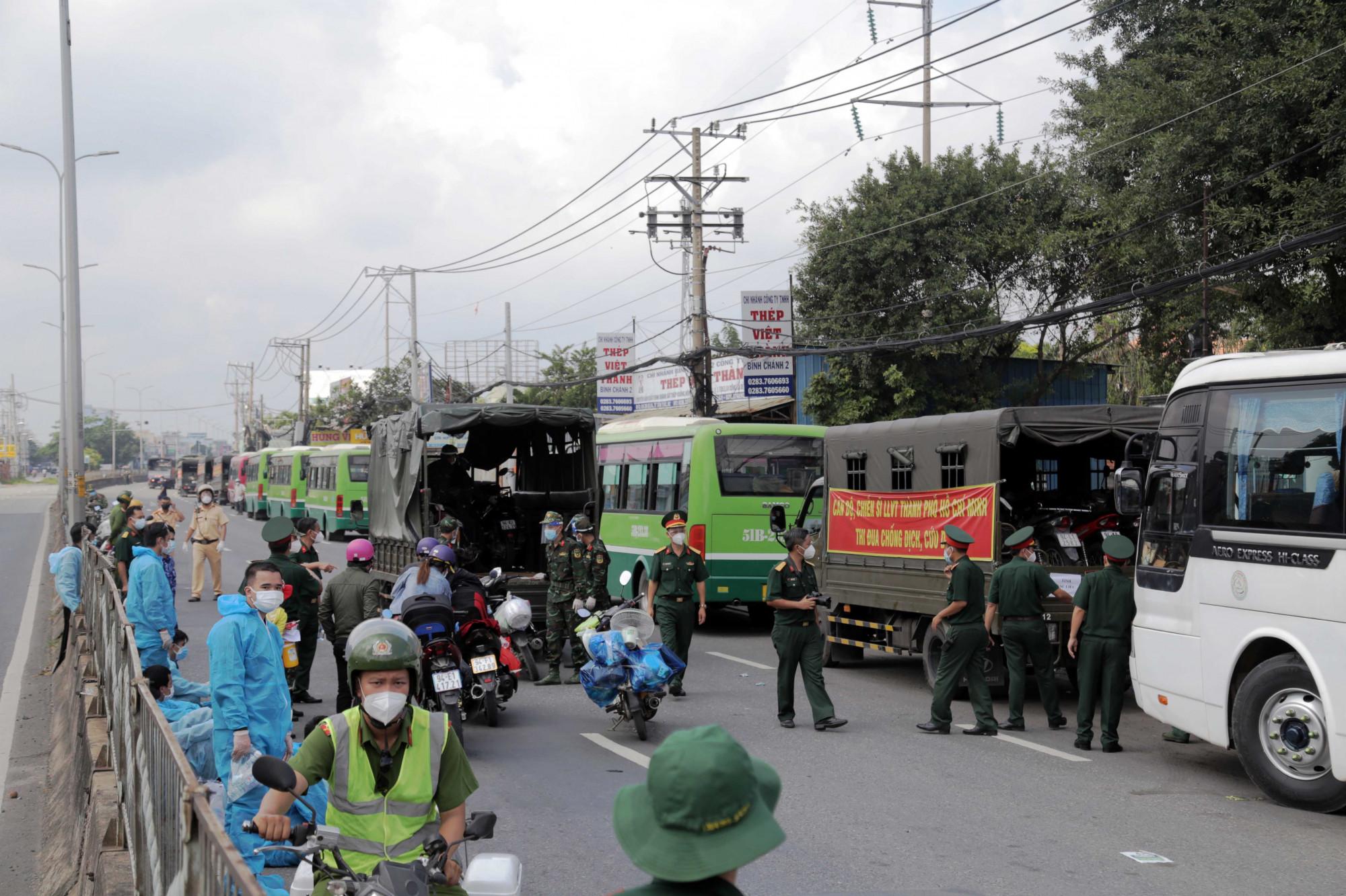 Xe máy được vận chuyển bằng xe chuyên dụng, về cùng chuyến với bà con - Ảnh: Dân Việt