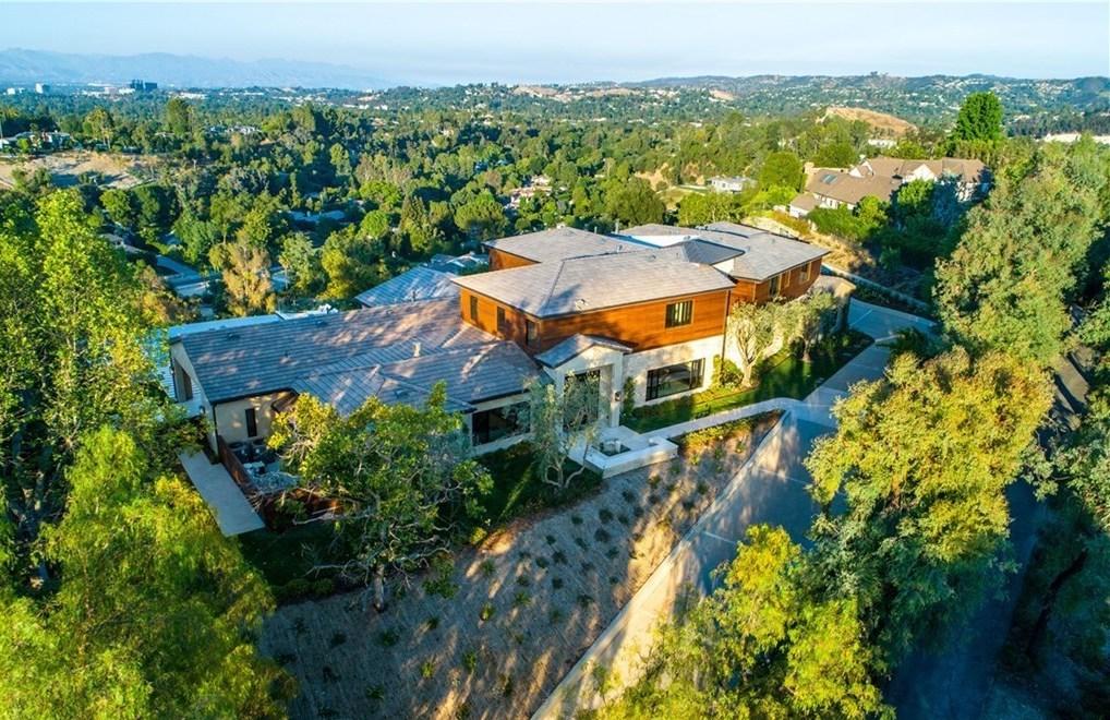 cặp đôi quyền lực nổi tiếng Will và Jada Pinkett Smith vẫn đang bổ sung vào bộ sưu tập của họ, lần này chi 11,3 triệu đô la cho một biệt thự lớn ở Hidden Hills - cộng đồng được canh gác nổi tiếng là nơi ở của tất cả mọi người, từ Drake và Kaley Cuoco đến Kylie Jenner và Jeffree Ngôi sao.