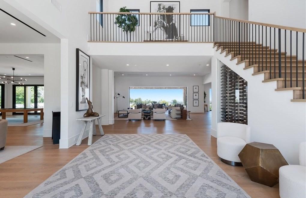 """Được xây mới vào năm ngoái theo suy đoán, ngôi nhà hai tầng trải dài hơn 10.000 feet vuông không gian sống và được mô tả là ngôi nhà """"Napa Modern"""" trong danh sách."""