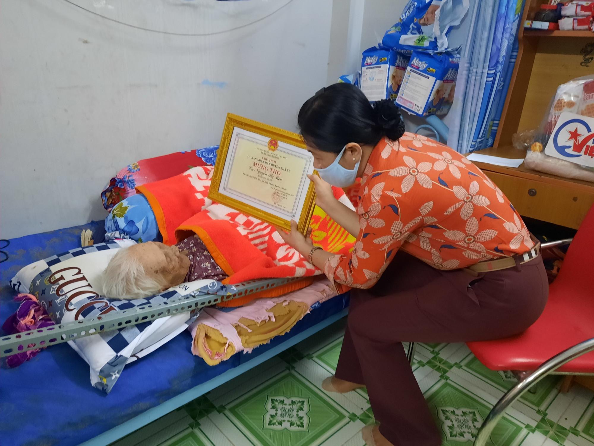 Bà Nguyễn TRần Phượng Trân động viên cụ bà Nguyễn Thị Tiếu