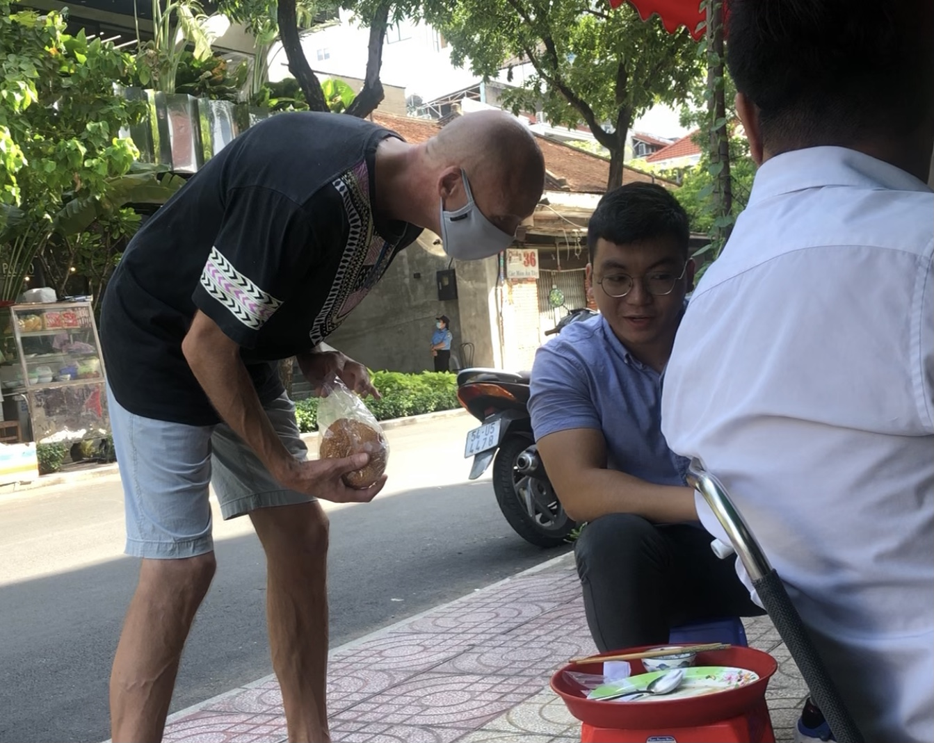 Hình ảnh người nước ngoài gặp khó khăn do dịch bệnh COVID-19 kéo dài đã xuất hiện từ năm ngoái trên đường phố TPHCM. Ảnh: Quốc Ngọc