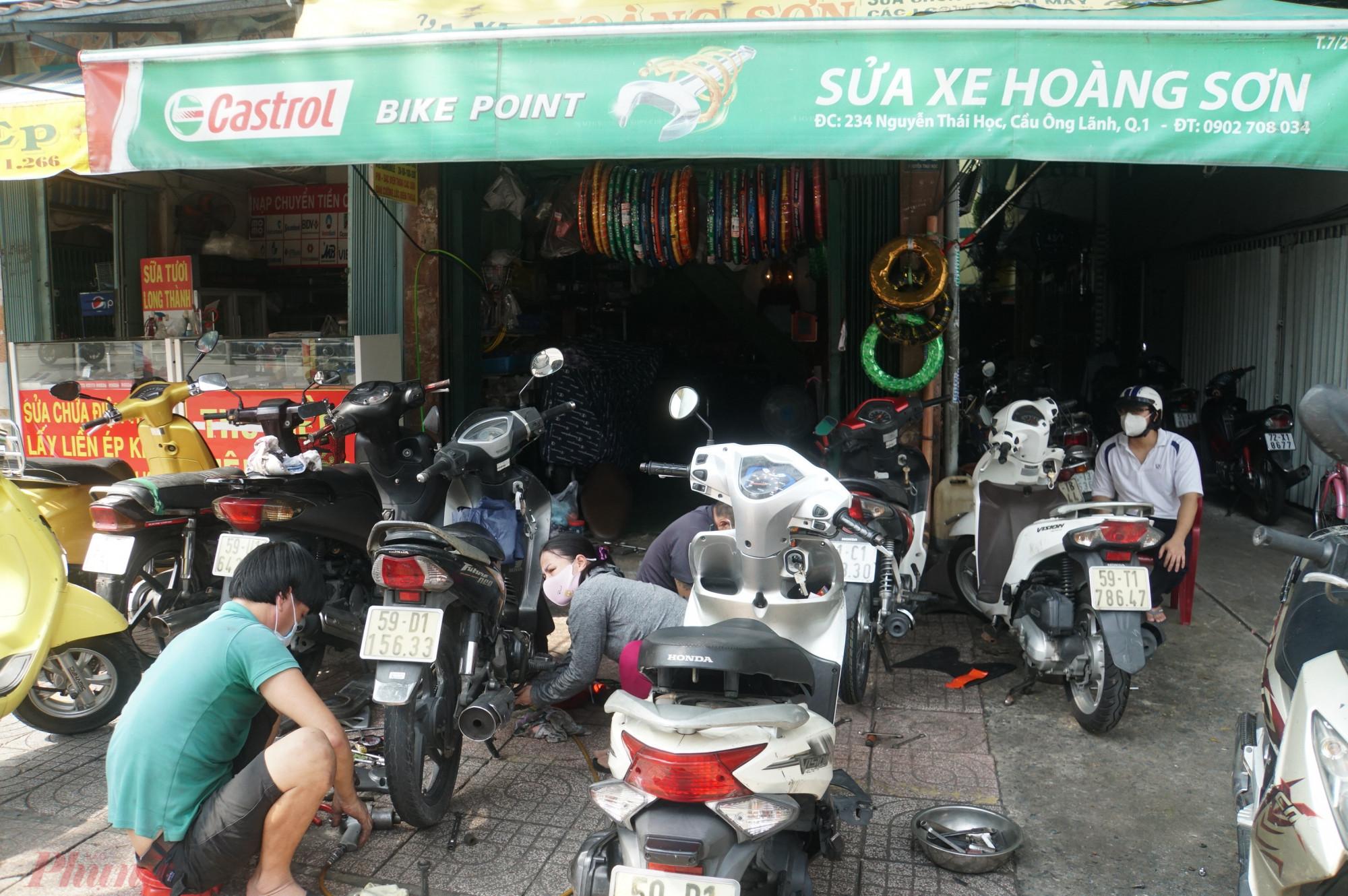 Tiệm sửa xe này có 3 người làm nhưng không xuể, chủ tiệm nói từ sáng sớm người dân sống gần đó đã gõ cửa mở hàng