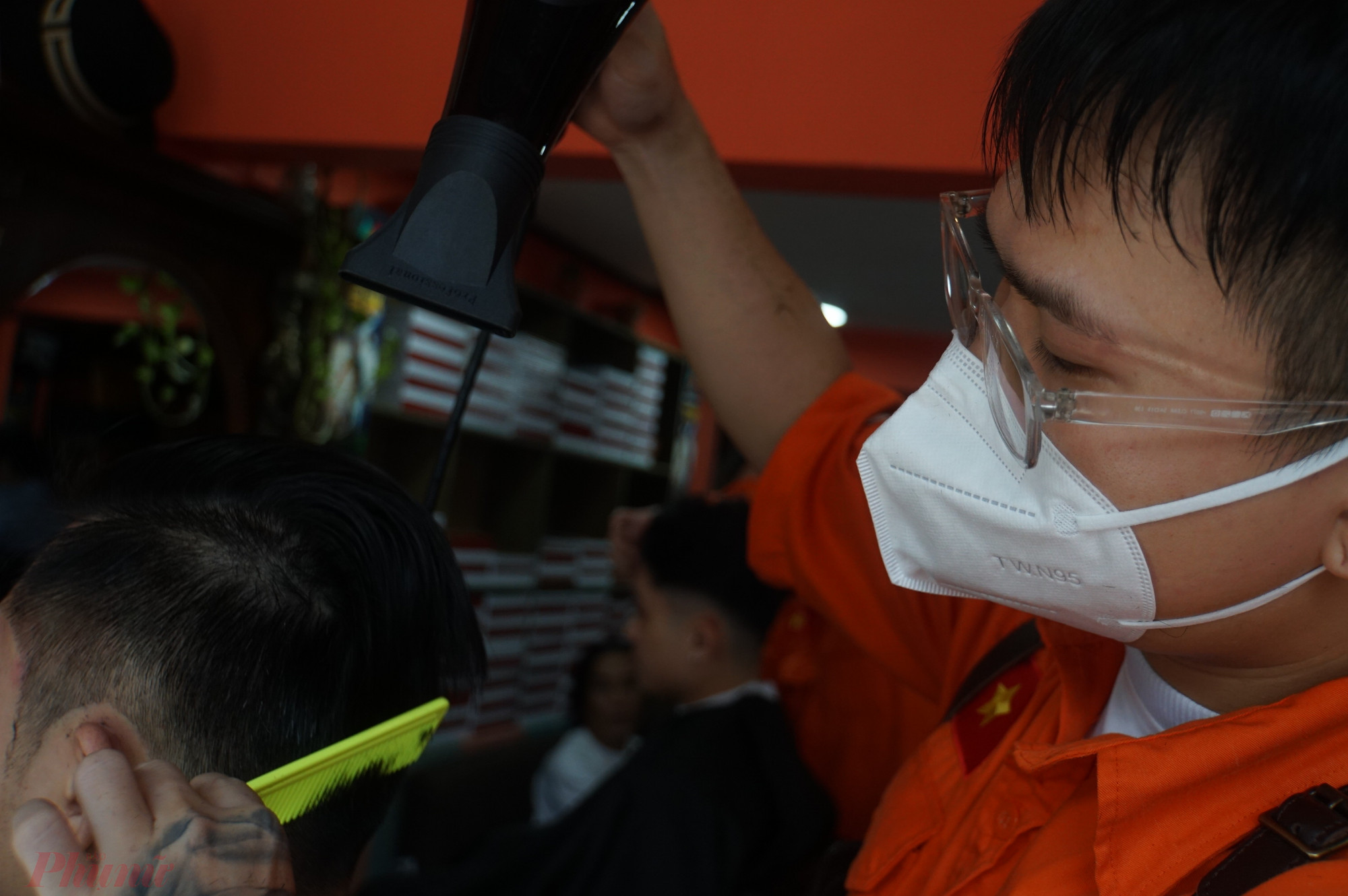 2 nhân viên tiệm cắt tóc đều mang khẩu trang để đảm bảo chống dịch, sau khi hoàn thành, cả người cắt lẫn khách cũng cẩn thận xịt rửa tay