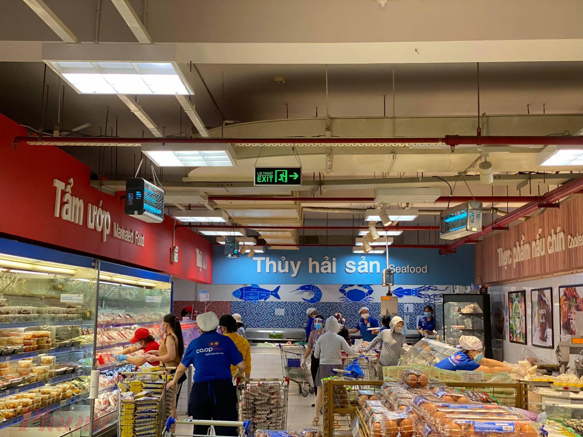 Tại siêu thị Co.op Mart Rạch Miễu (Phú Nhuận), lượng khách mua sắm đông hơn, đặc biệt là tại các quầy thực phẩm tươi sống