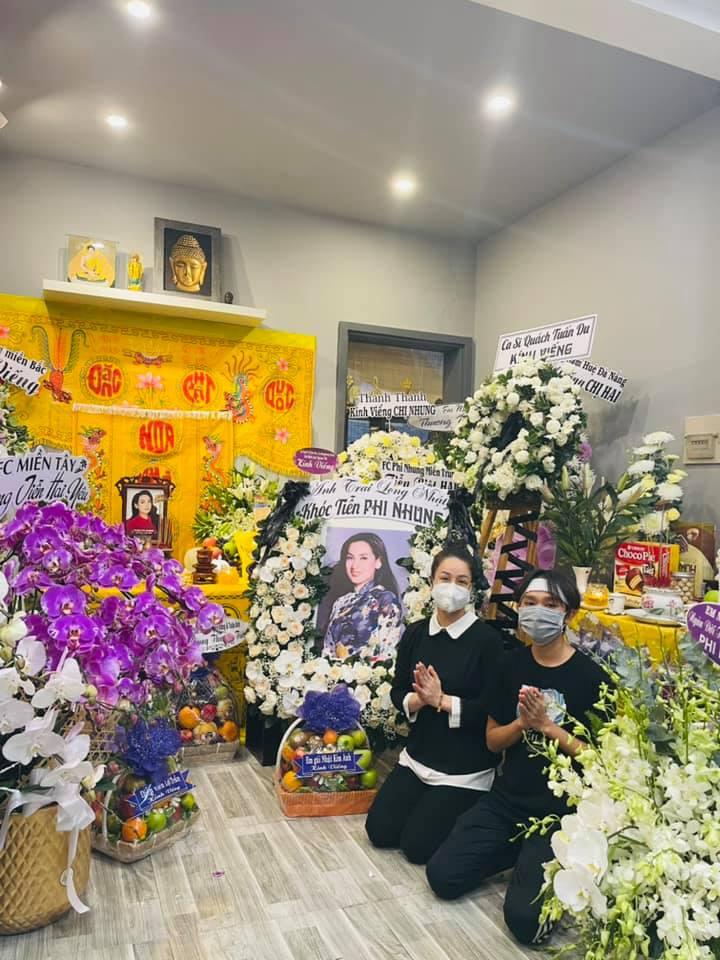 CS Nhật Kim Anh và CS Hồ Văn Cường - con nuôi của CS Phi Nhung trong lễ viếng tại  nhà riêng
