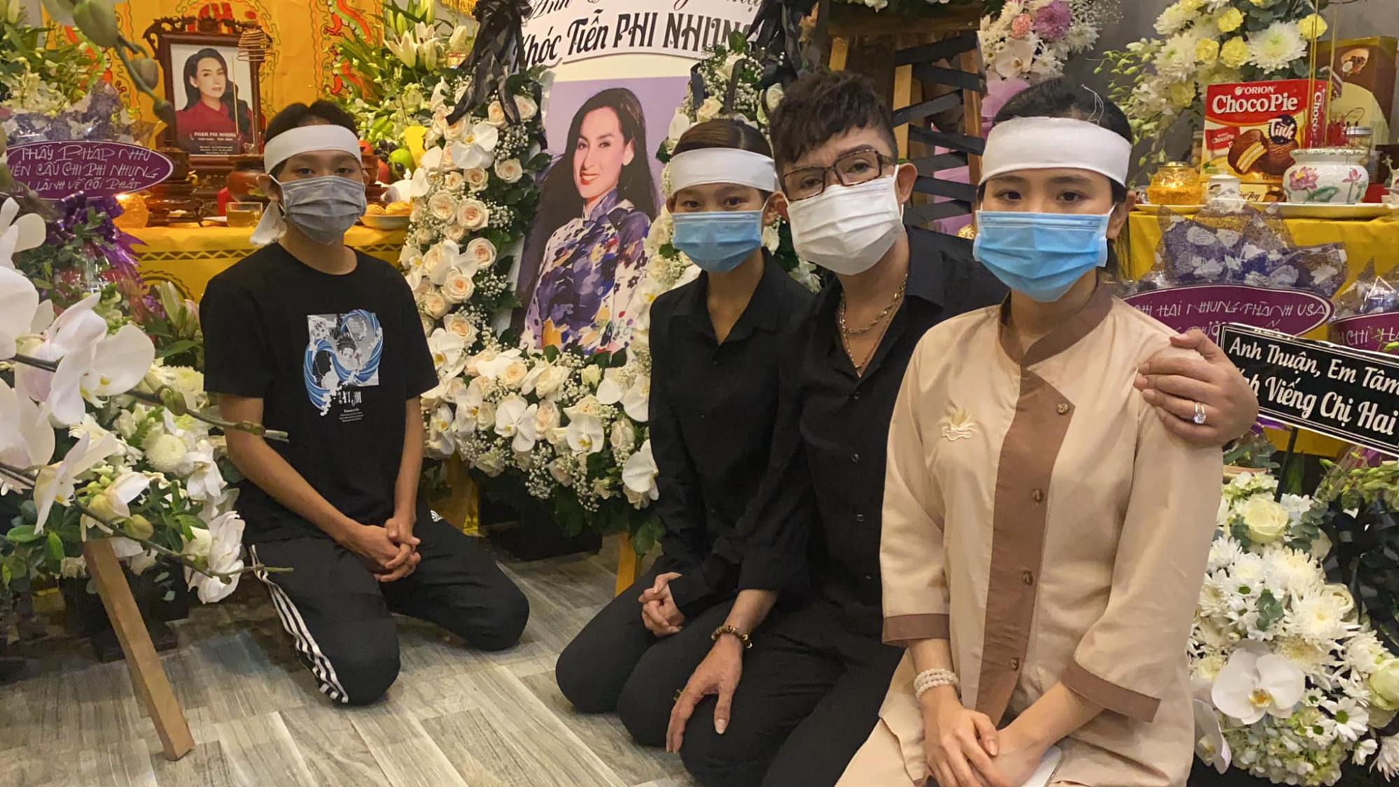 CS Long Nhật bên cạnh các con nuôi của CS Phi Nhung trong lễ viếng tại nhà riêng