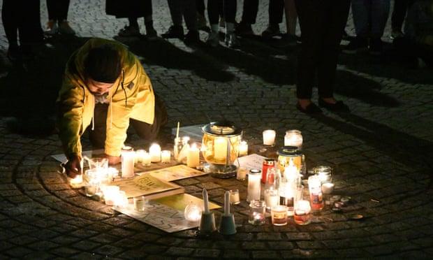 Đốt nến tưởng niệm nạn nhân Sabina Nessa ở Walthamstow  đêm 28/9/2021 - Ảnh: REX/Shutterstock