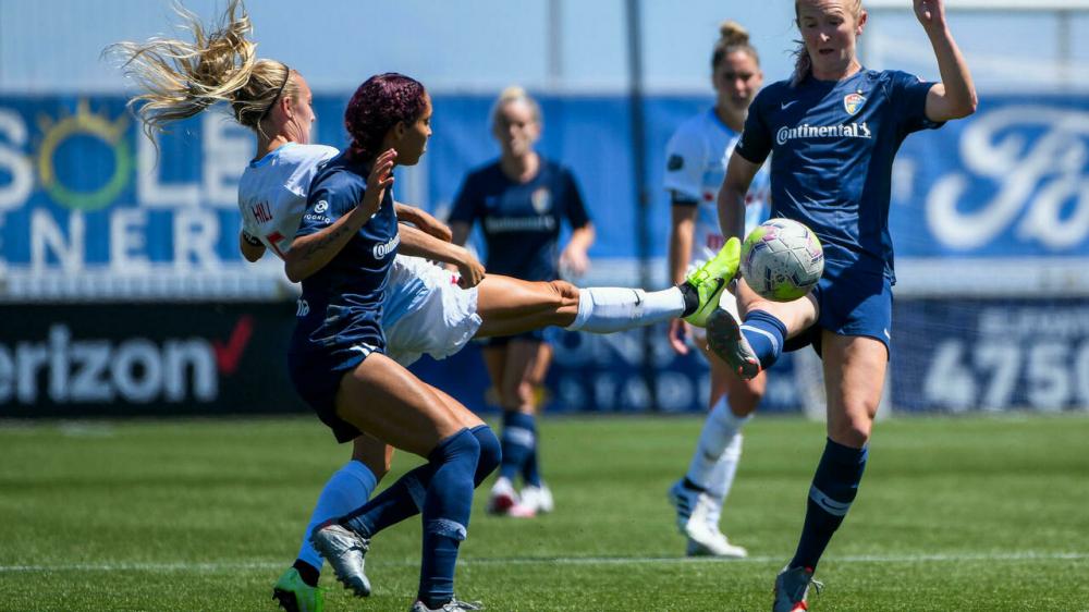 Liên đoàn bóng đá nữ quốc gia đã thông báo hoãn các trận đấu cuối tuần sau khi nhận được cáo buộc về hành vi sai trái về tình dục của một huấn luyện viên trưởng - Ảnh: AFP