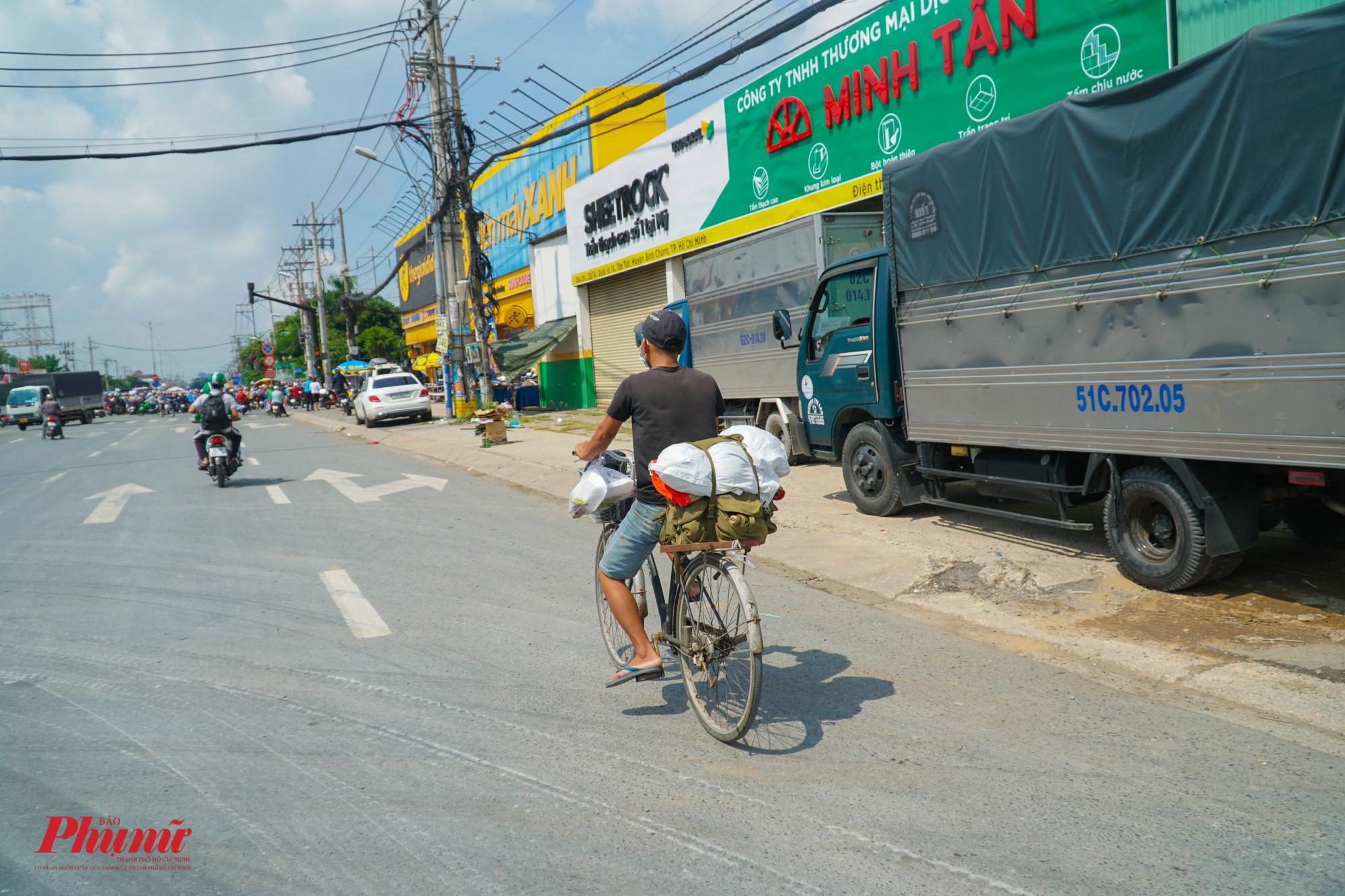 Nhiều người không có xe máy, họ đạp xe về quê trên con đường vạn dặm ( Ảnh: Tam Nguyên)