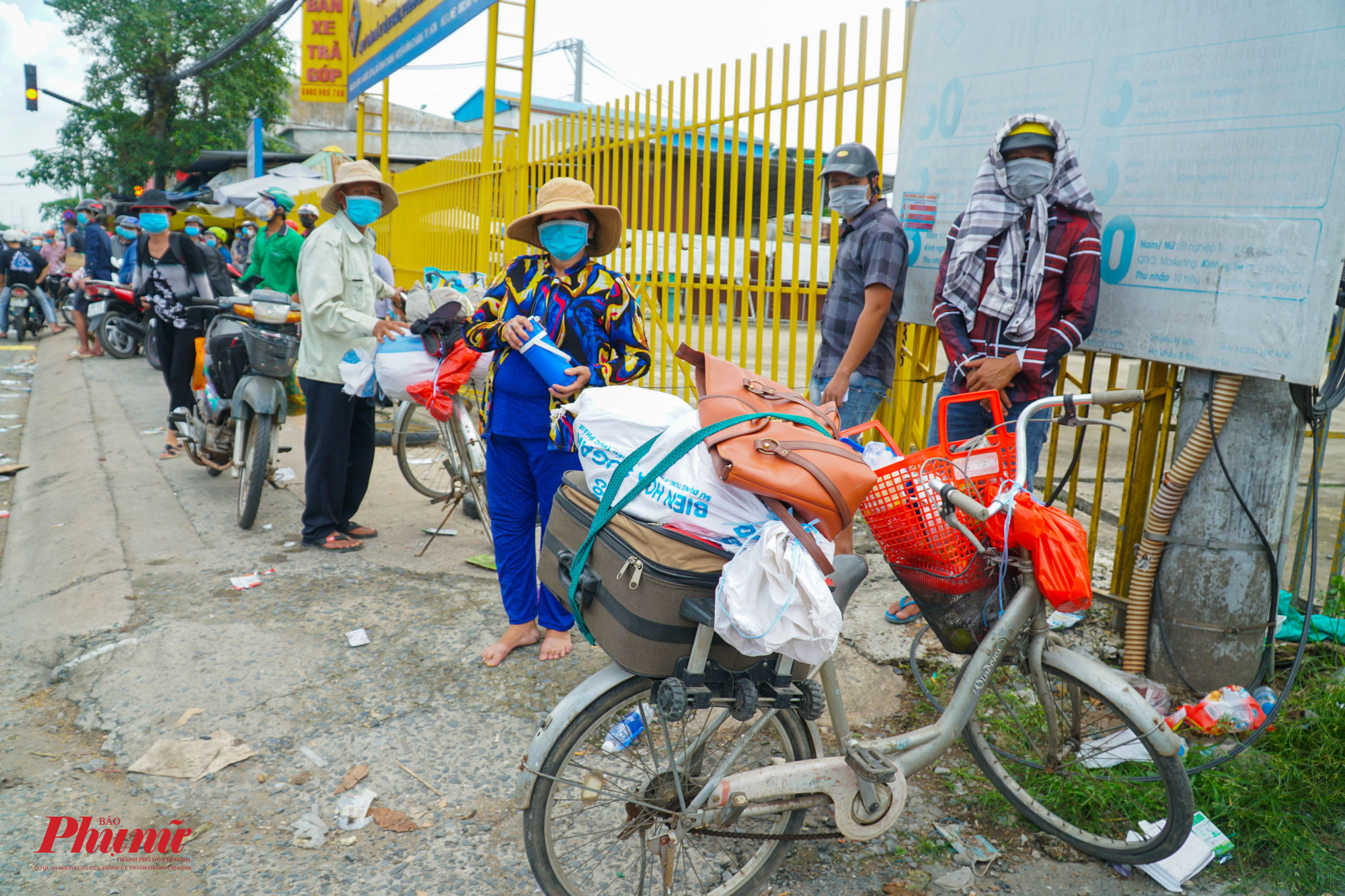 Không trụ lại được ở TPHCM, người nghèo tìm cách về quê bằng bất cứ phương tiện gì họ có (Ảnh: Tam Nguyên)
