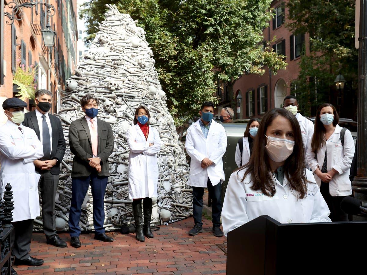 Tiến sĩ Joia Mukherjee thuộc trường Đại học Y Harvard phát biểu bên ngoài tư gia của Tổng giám đốc công ty Moderna - Ảnh: Independent