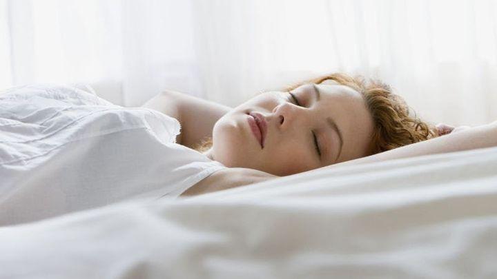 Thực tế này là kết quả của một quá trình tiến hóa. Phụ nữ nhạy cảm với tiếng ồn khi họ ngủ, vì vậy họ sẽ dễ bị đánh thức bởi một đứa trẻ đang khóc. Nhưng tin tốt là quy tắc này chỉ hoạt động đối với những tiếng ồn có tone cao. Khi trò chuyện với giọng trầm sẽ giúp hạn chế việc đánh thức họ.  Và điều không công bằng trong tình huống này là phụ nữ cũng nhạy cảm với chứng rối loạn giấc ngủ hơn nam giới.