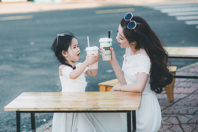 Lý do tại sao là phụ nữ có mức oxytocin cao hơn. Oxytocin được gọi là hormone tình yêu. Nó thúc đẩy sự gắn bó, củng cố các mối quan hệ và giảm bớt căng thẳng. Oxytocin cũng chịu trách nhiệm tạo ra mối liên kết giữa mẹ và con và ngay cả khi cho con bú.
