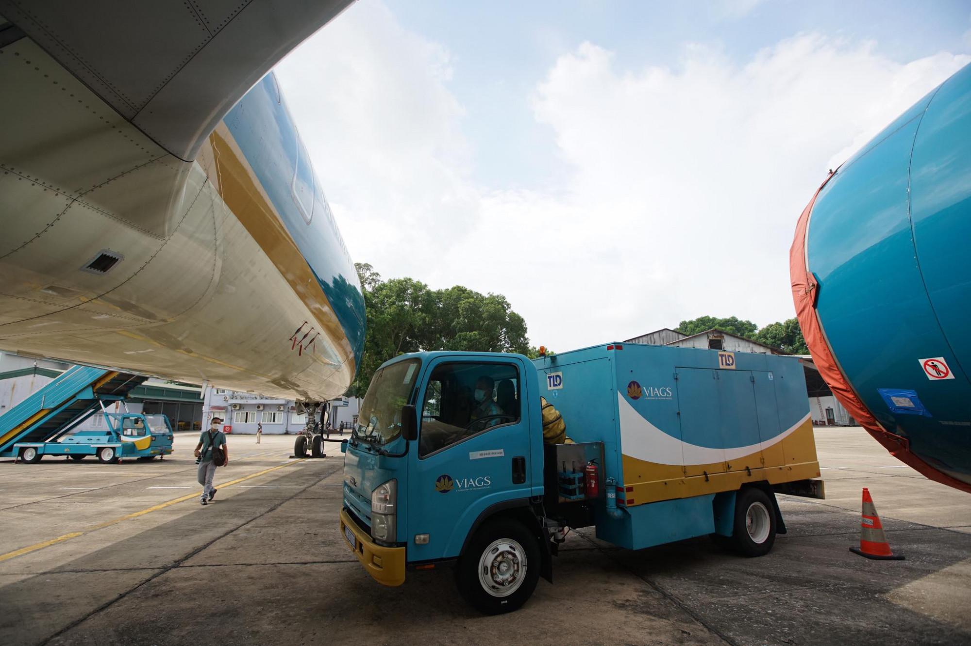 Để đảm bảo sẵn sàng khi nối chuyến nội địa, những ngày qua đội ngũ nhân viên kỹ thuật máy bay đã liên tục làm việc kiểm tra, bảo dưỡng hàng chục tàu bay.