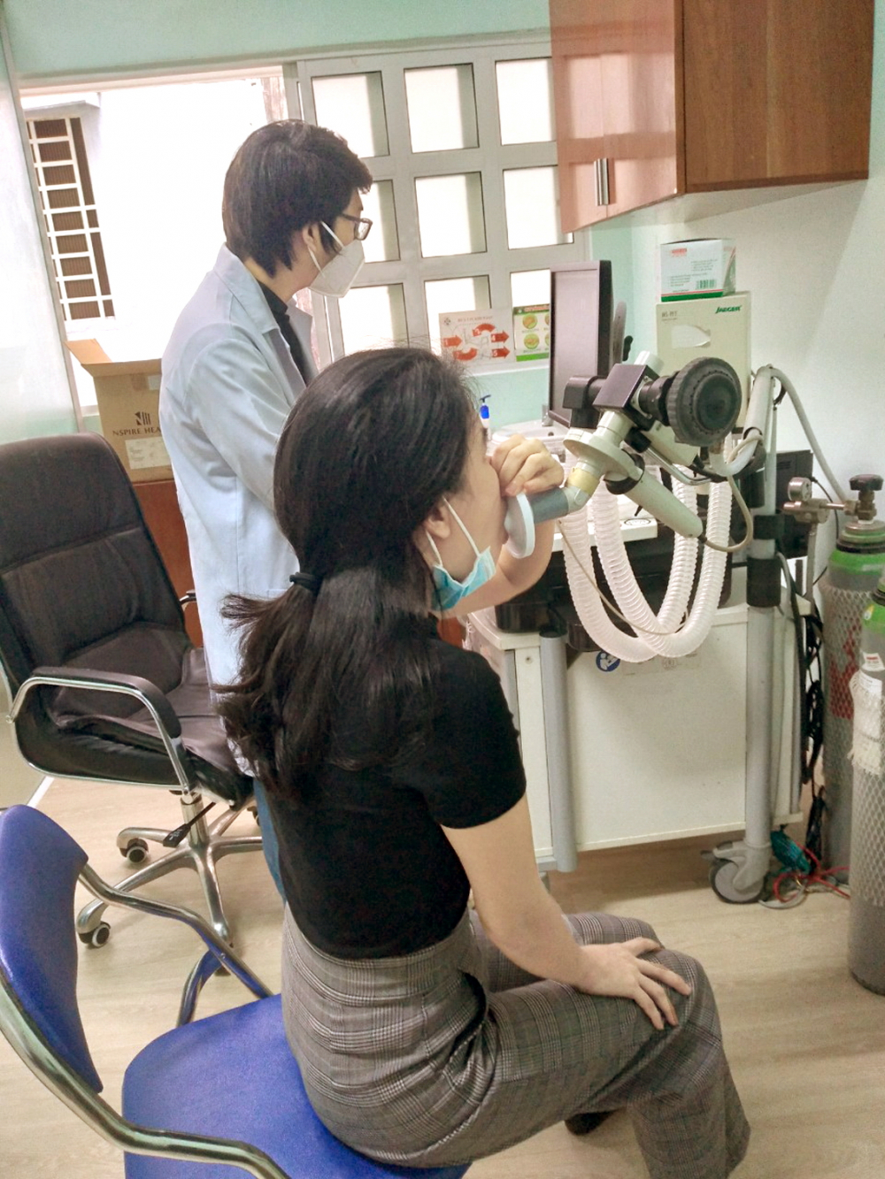Tác giả được kiểm tra chức năng hô hấp  với máy đo hô hấp ký toàn diện