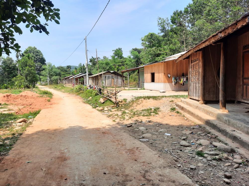 Khu tái định cư thôn 2, xã Phước Hòa, H.Phước Sơn, tỉnh Quảng Nam vắng ngắt vì đa số nhà cửa đã xuống cấp trầm trọng, thanh niên bỏ đi làm xa xứ - ẢNH: NGUYỄN DƯƠNG