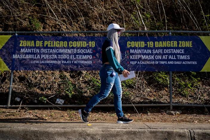 Người dân đến một trung tâm tiêm chủng ở Vieques, Puerto Rico - Ảnh: AFP/Getty Images