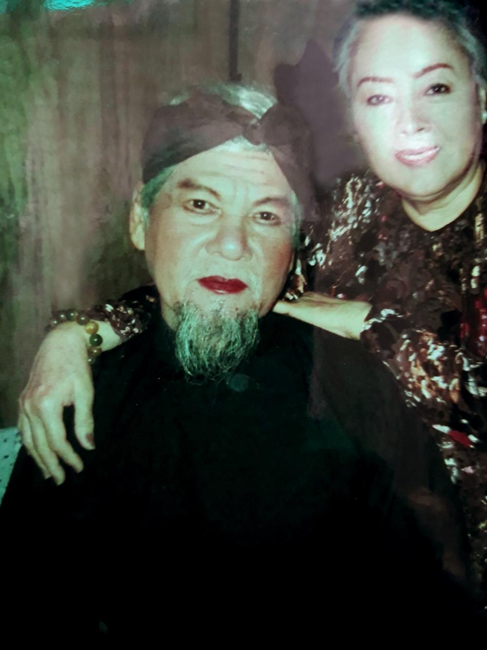Nghệ sĩ Quốc Nhĩ vai cụ Đô Trinh trong vở Tiếng trống Mê Linh diễn vào dịp kỷ niệm 64 năm đoàn Thanh Minh - Thanh Nga, bên cạnh là NSƯT Thanh Nguyệt