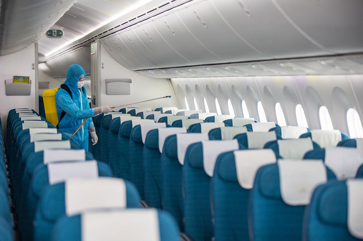 Để đảm bảo quy định phòng chống dịch COVID-19 lây lan, toàn bộ máy bay khi đưa vào khai thác phải thường xuyên được phun khử khuẩn.