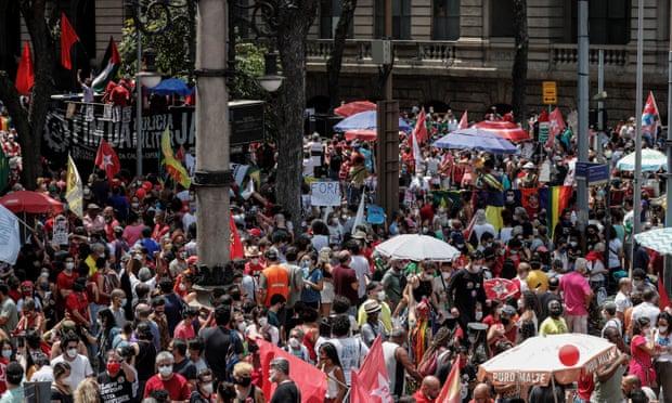 Một cuộc biểu tình chống lại Jair Bolsonaro ở Rio de Janeiro vào thứ Bảy. Ảnh: António Lacerda / EPA