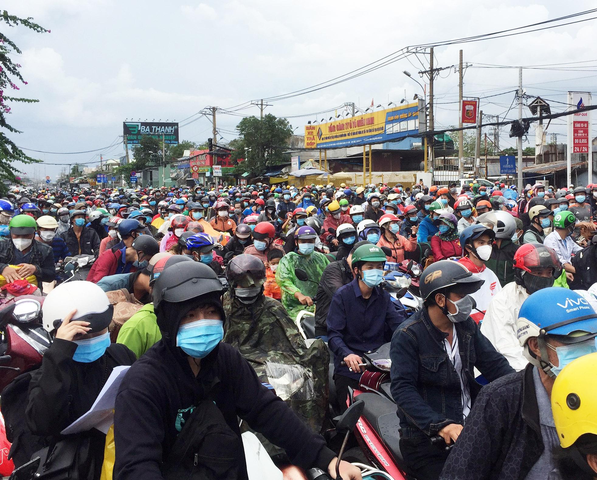Số lượng người dân về địa phương lớn, tỉnh Cà Mau tạm dừng nới lỏng giãn cách từ ngày 4/10. Ảnh: CTV.