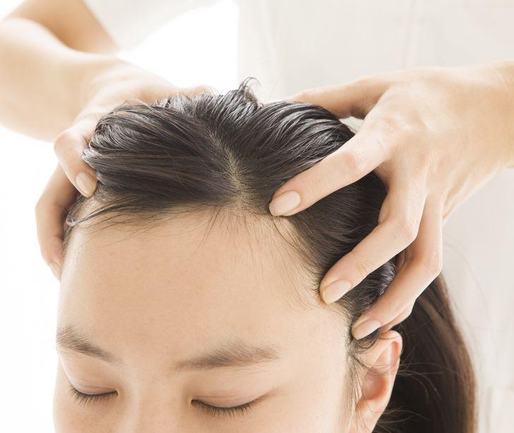 Làm kem tắm Ở Indonesia, tắm bằng kem là một phương pháp điều trị tóc được yêu thích. Đó không phải là tắm bằng kem, mà là một quy trình dài. Đầu tiên, bạn đắp mặt nạ bơ cho tóc, sau đó là hấp tóc. Sau đó, họ massage nhẹ da đầu, cổ và vai. Quy trình kết thúc với việc gội đầu và sấy khô.