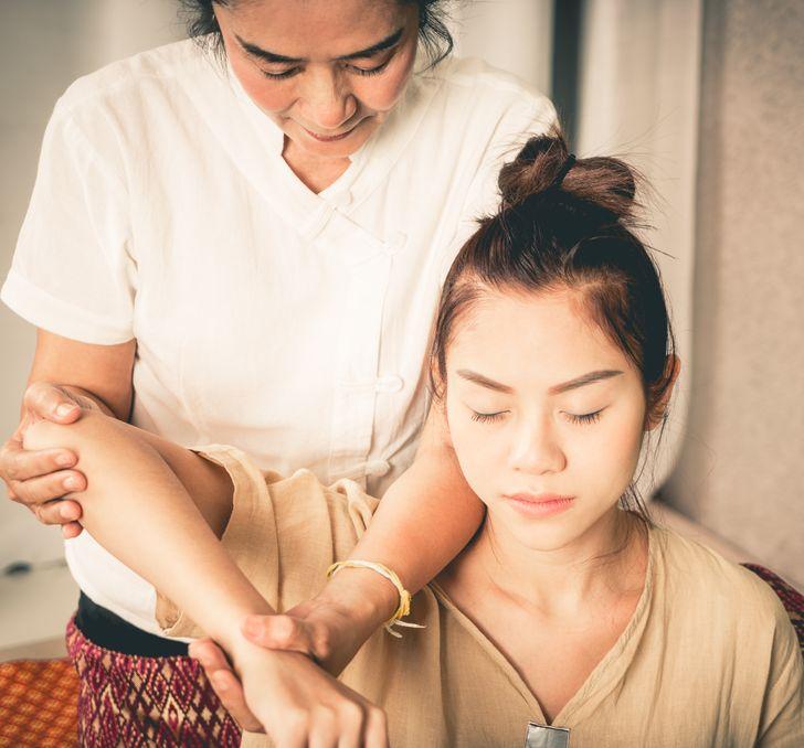 Mát-xa hai lần một tuần Đối với người Indonesia, massage rất cần thiết cho sức khỏe và tuổi trẻ. Người sáng lập nhãn hiệu thời trang Nonita Respati cho biết cô ấy thậm chí còn có chế độ làm đẹp của riêng mình. Bên cạnh đó, việc chăm sóc móng tay, móng chân, cô đắp mặt nạ hàng tuần, dưỡng tóc, massage 2 lần / tuần.