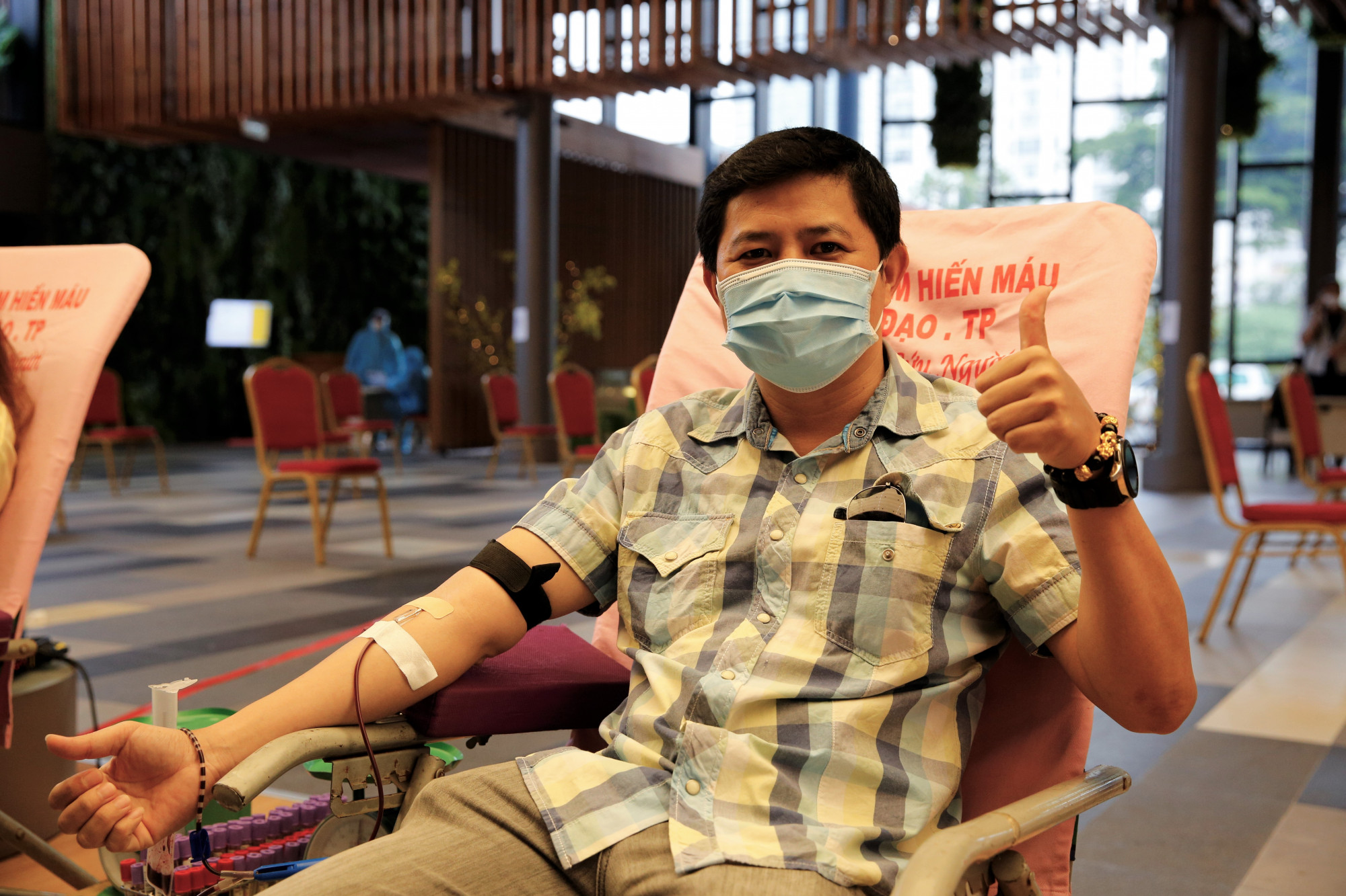 Anh Bùi Duy Lưu, Công ty TNHH Phát triển Phú Hưng Thịnh, tham gia hiến máu trong chương trình - Ảnh: PMH