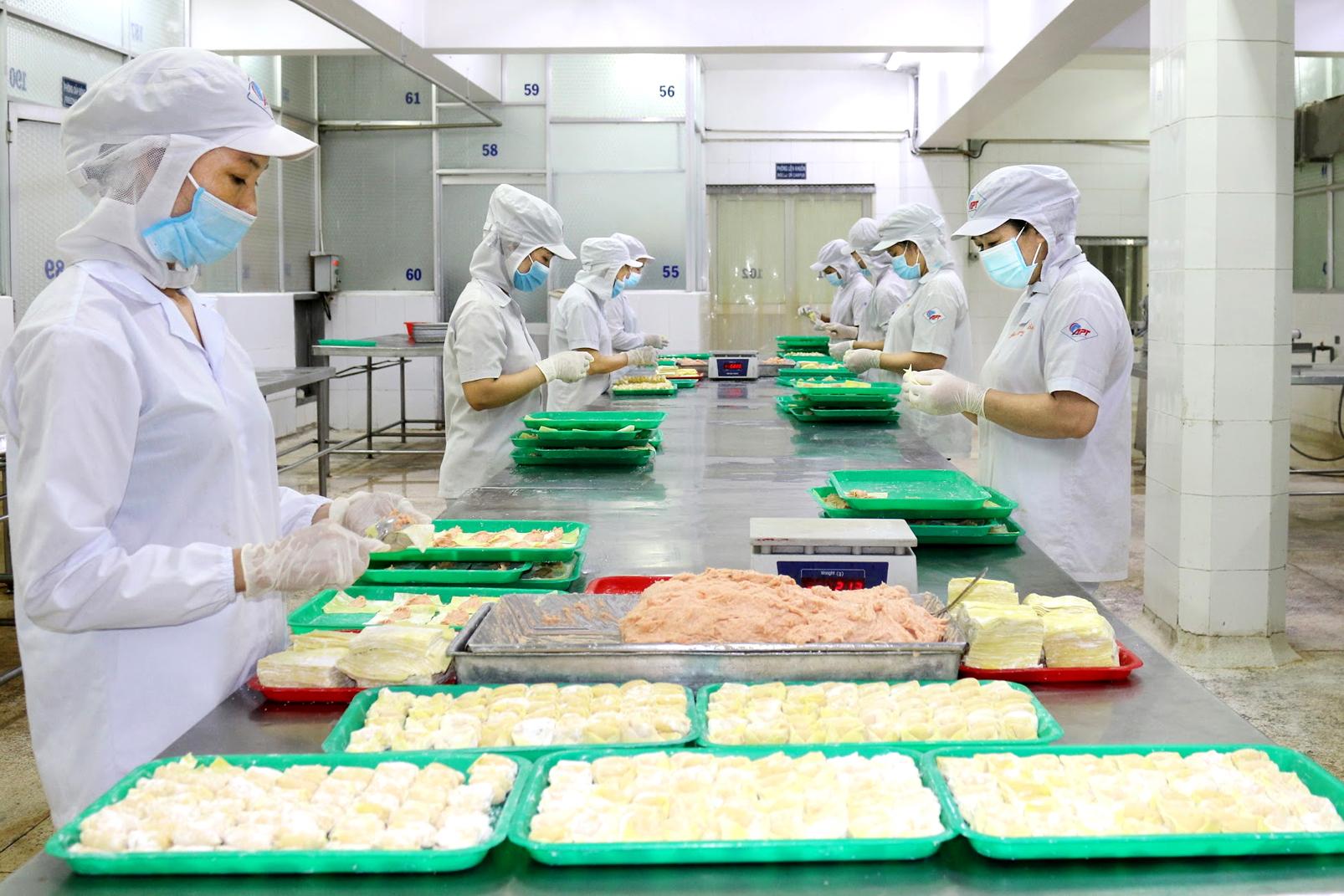 """Công nhân Công ty cổ phần Kinh doanh Thủy hải sản Sài Gòn (Khu công nghiệp Tân Tạo, Q.Bình Tân)  làm việc theo phương thức """"ba tại chỗ"""" được chăm lo bữa ăn, chỗ ở tốt để an tâm làm việc"""