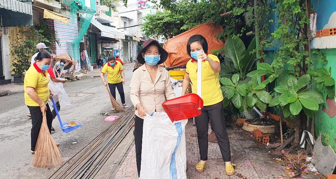 Phụ nữ P.3, Q.11 ra quân dọn dẹp vệ sinh phố phường