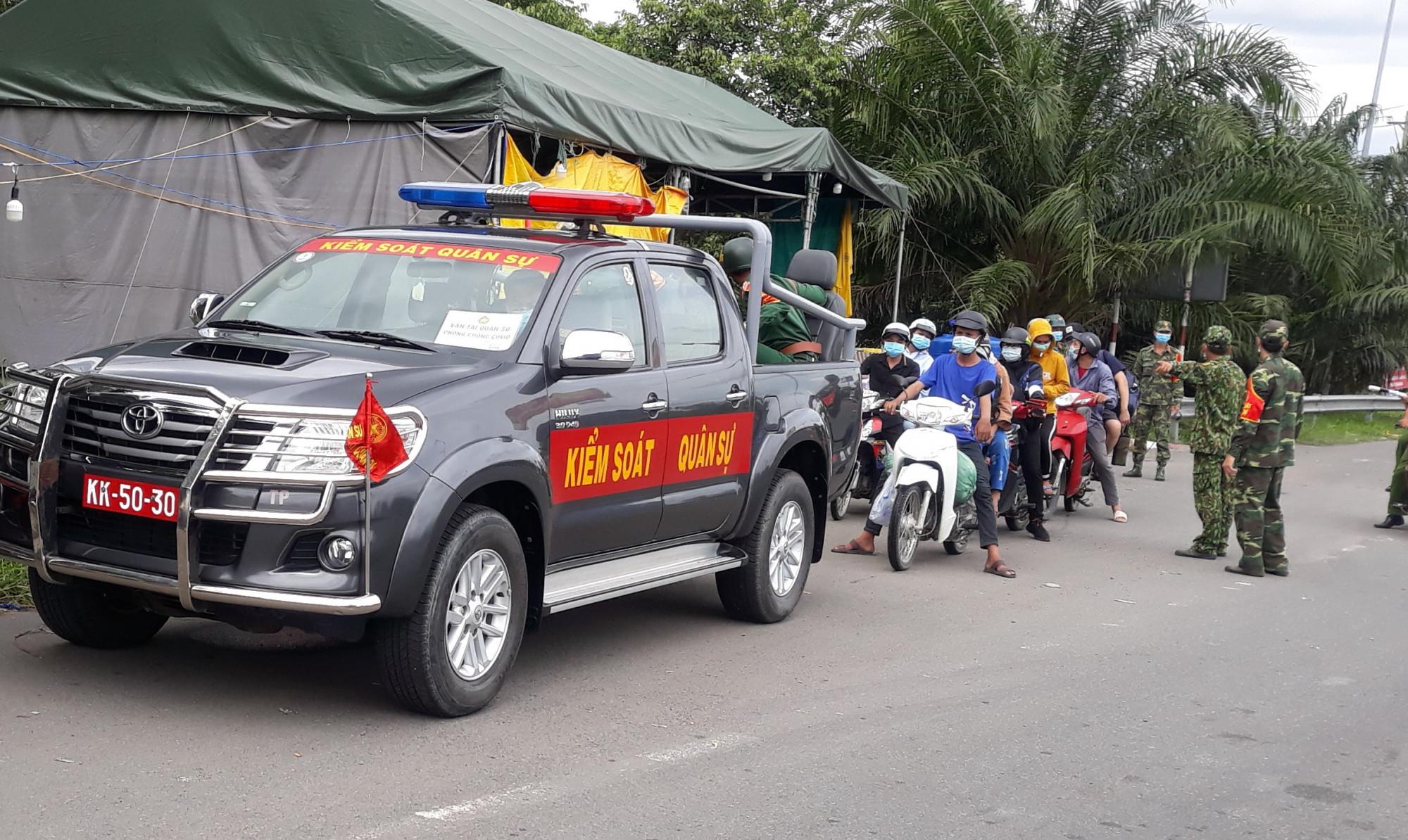 Ngành chức năng TP. Cần Thơ hỗ trợ người dân tự phát về quê bằng xe gắn máy đến các khu cách ly theo quy định