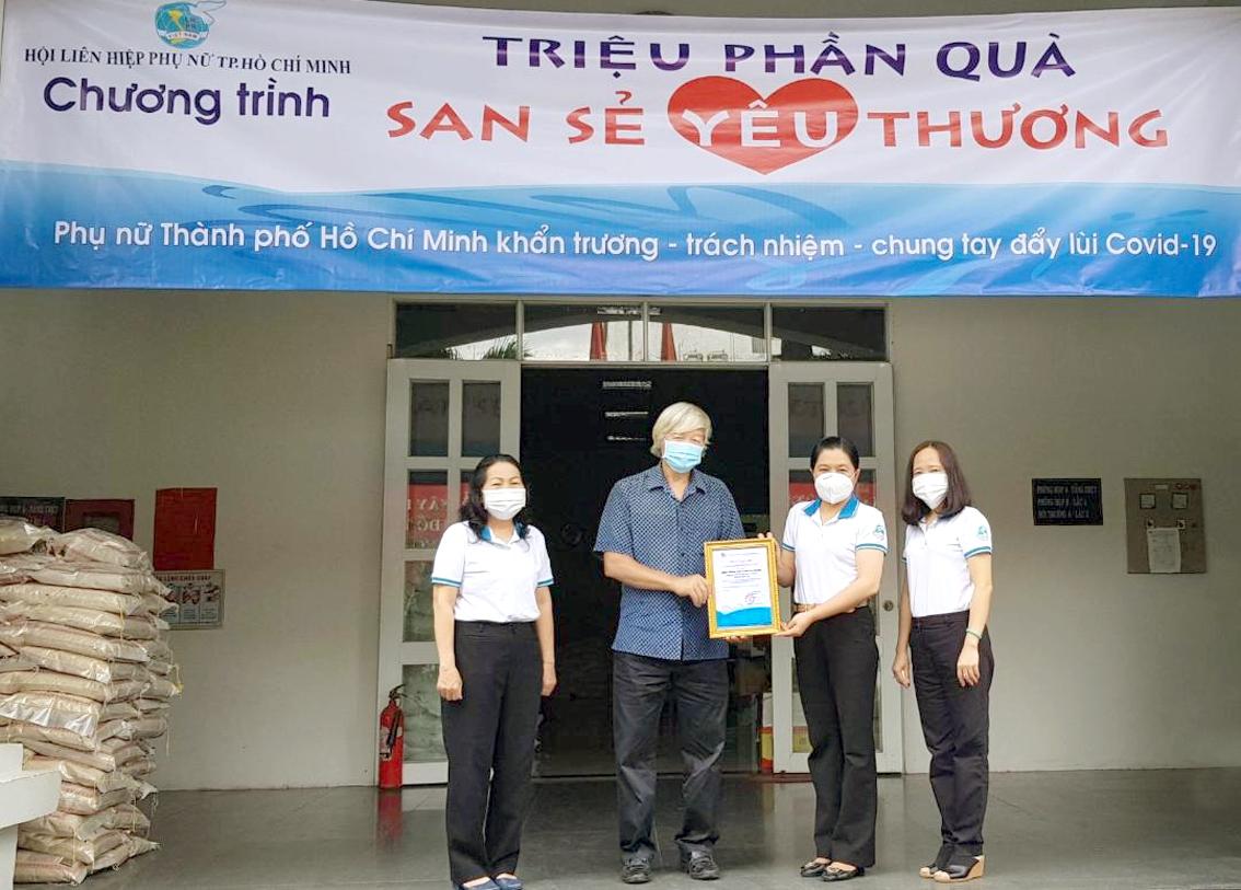 Đại diện Hội hữu nghị Việt - Séc tại TP.HCM trao 285 triệu đồng chăm lo trẻ em mồ côi do dịch COVID-19 cho Hội LHPN TP.HCM