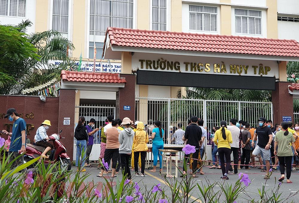 Hơn 10g, ở một điểm tiêm khác, tại trường Trung học cơ sở Hà Huy Tập, do quá nôn nóng, nhiều người bắt đầu dổ dồn về phía trước, lực lượng chức năng phải rất vất vả để nhắc nhở phòng, chống dịch