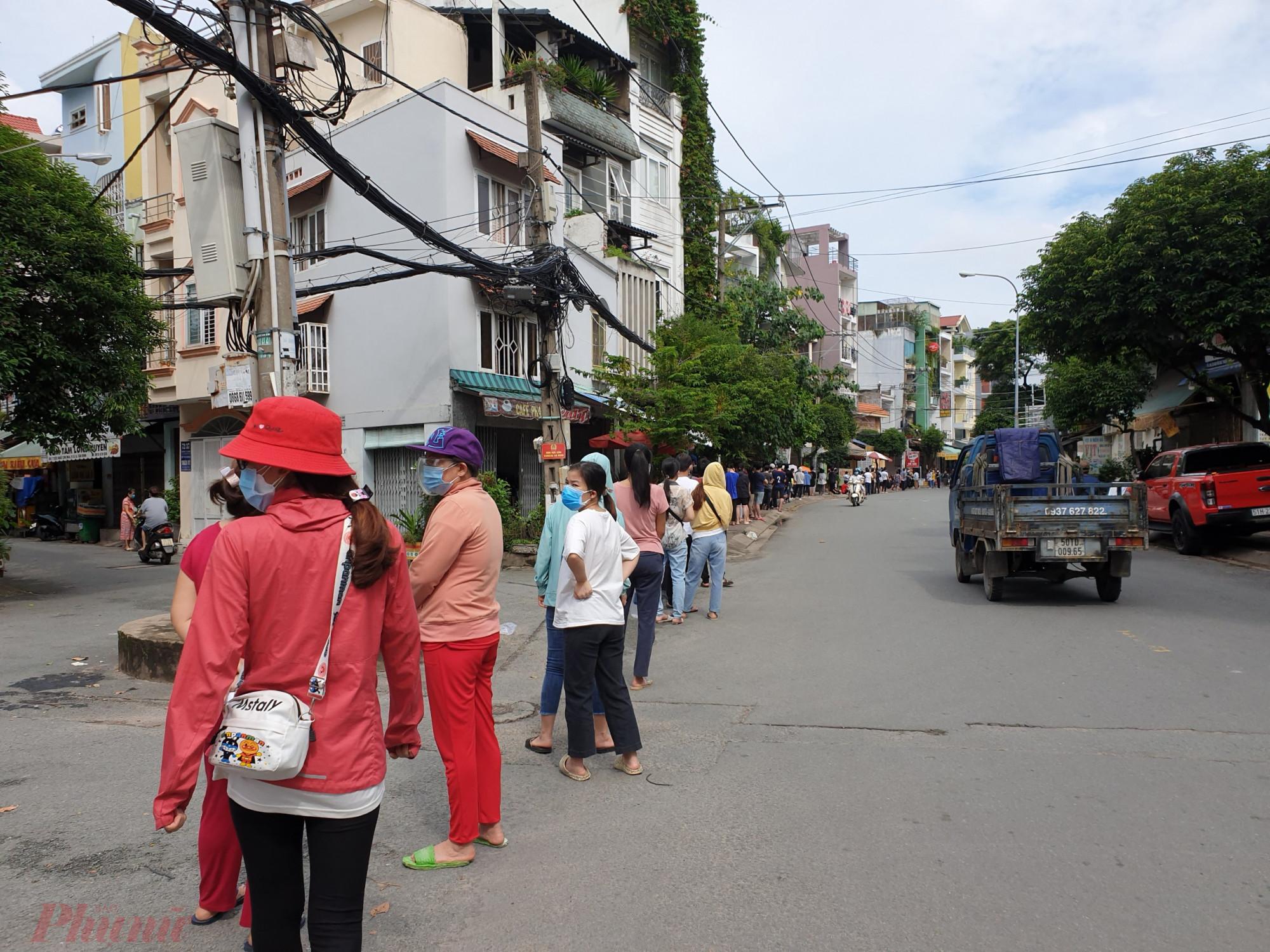 Hơn 6g sáng, người dân xếp hàng dài hơn cả cây số ở điểm tiêm tại quận Tân Bình