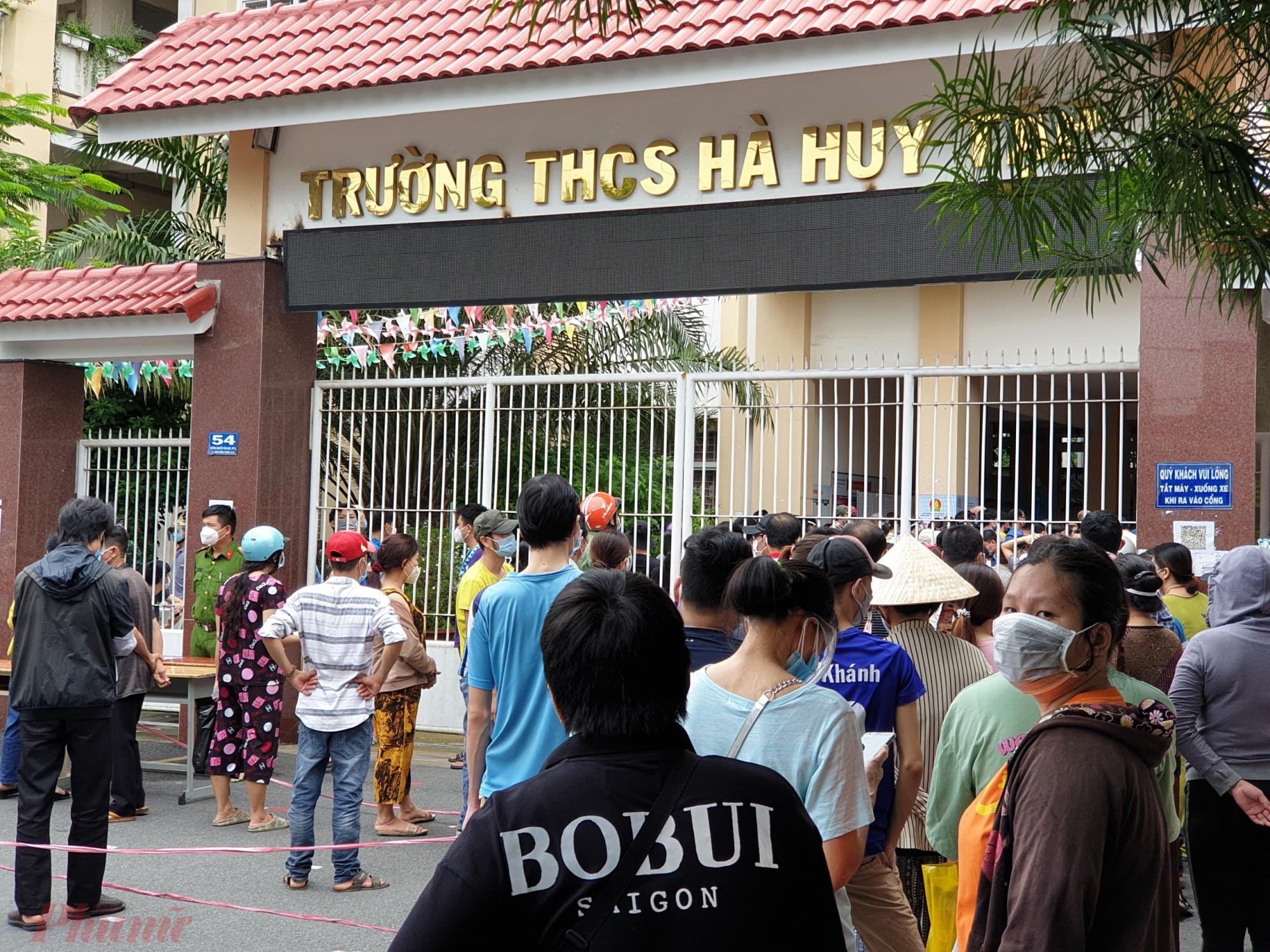 Dù đã vào giờ nghỉ trưa, người dân cũng nấn ná chờ để được tiêm trong hôm nay