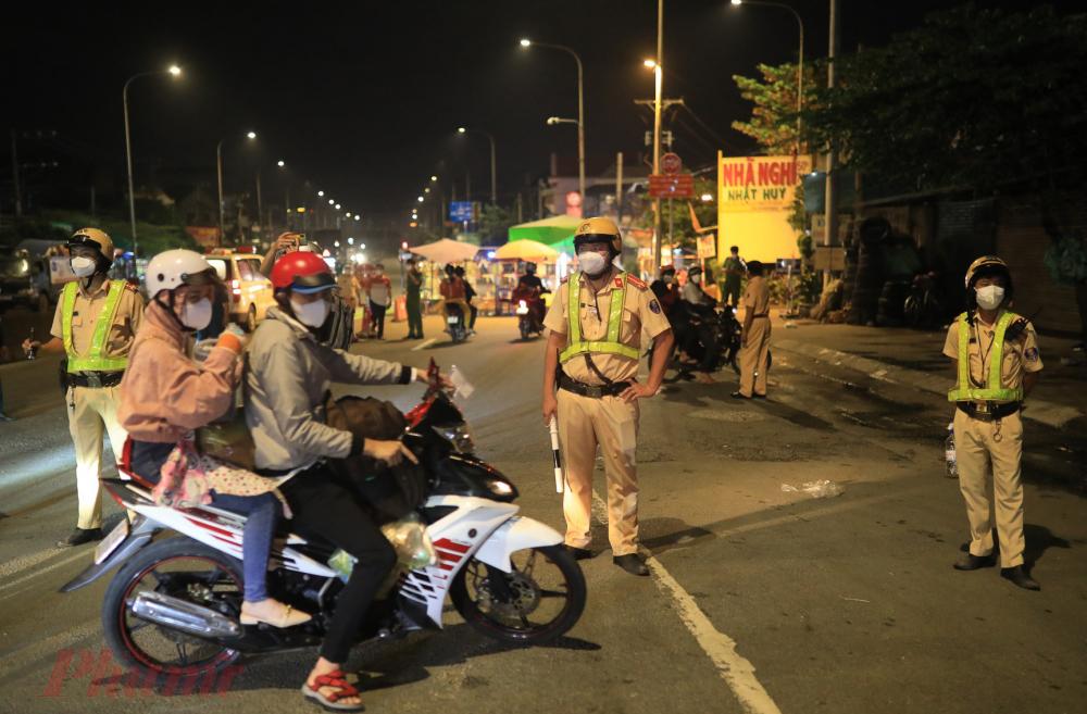 Để ngăn chặn việc người dân tự phát về quê làm lây lan dịch bệnh, lực lượng liên ngành của TP Thuận An đã cử cán bộ chốt chặn tại khu vực cầu Vĩnh Bình.