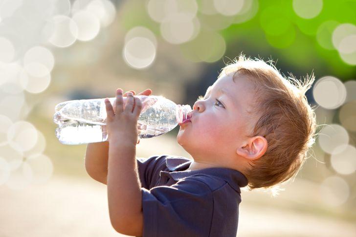 4. Uống quá nhiều nước Đúng vậy, bạn đã đọc đúng: uống nhiều nước không phải lúc nào cũng tốt cho sức khỏe, mặc dù uống quá ít cũng vậy. Các nhà nghiên cứu nhấn mạnh rằng nhu cầu nước của cơ thể là tùy mỗi người. Nếu bạn di chuyển nhiều và chơi thể thao, hãy uống nhiều hơn; nếu bạn có vấn đề về thận hoặc tim mạch, tốt hơn là hãy uống ít hơn một xíu. Trong cả hai trường hợp, cách tốt nhất để tìm ra nhu cầu hàng ngày của bạn là khát - nếu bạn không cảm thấy khác, thì đừng ép bản thân uống nước quá nhiều.