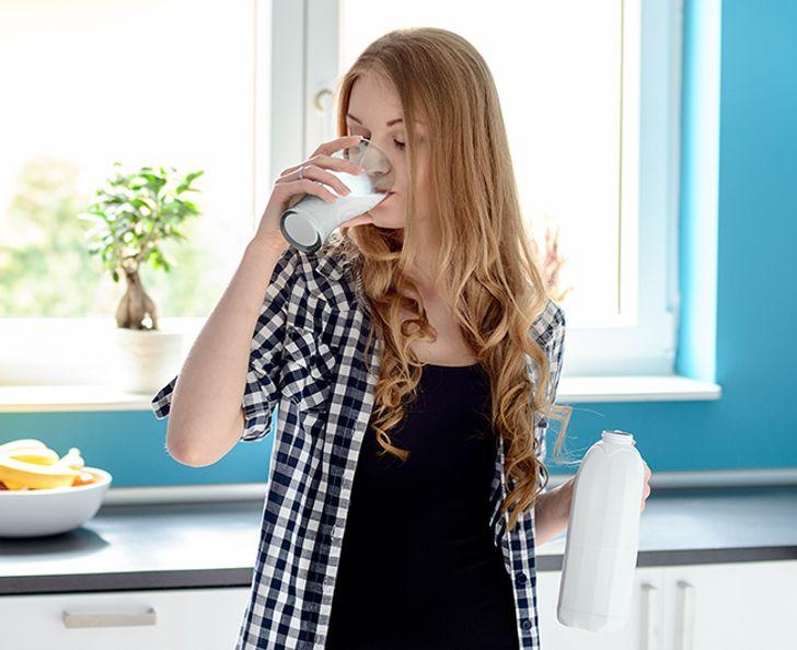 """8. Uống sữa không béo Sữa tách béo luôn là lựa chọn hàng đầu với những người muốn giảm cân nhưng thực tế không phải vậy. Khi chất béo được chiết xuất từ sữa, vitamin sẽ đi cùng với chúng, được thay thế bằng các chất tổng hợp và thật sự không hoàn toàn tốt cho bạn. Nhiều nhà sản xuất """"tăng cường"""" sữa không béo bằng cách thêm vào sữa bột, chất này có thể làm oxy hóa cholesterol trong sữa. Chưa có bất kỳ bằng chứng lâm sàng nào, nhưng theo nhiều nghiên cứu, động vật tiêu thụ cholesterol bị oxy hóa sẽ dễ hình thành các mảng bám động mạch và đấy là một trong những nguyên nhân có thể làm tăng nguy cơ đau tim."""