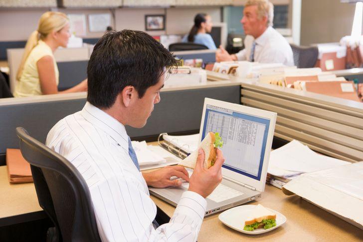 7. Ăn tại bàn làm việc của bạn Làm việc tại nhà không thể tránh khỏi việc bạn phải ngay ăn tại chiếc bàn làm việc của mình nhưng một chiếc bàn làm việc hoàn toàn không phù hợp với việc ăn uống và nguy hiểm hơn là tích tụ hàng tấn vi khuẩn không tốt cho tiêu hóa của bạn. Hơn nữa, việc ăn uống ngay tại bàn làm việc dể gây mùi và thức ăn rơi vãi và bạn sẽ phải đau đầu với những chú kiến chui vào trong máy tính. Đặc biệt, khi ăn, bạn cần tập trung vào bữa ăn chứ không phải vừa ăn vừa hoàn thành công việc vì lúc đấy não cần nghỉ ngơi và dạ dày sẽ không thể tiêu hóa tốt thức ăn khi não hoàn toàn mất tập trung hay thậm chí là áp lực xử lý công việc.
