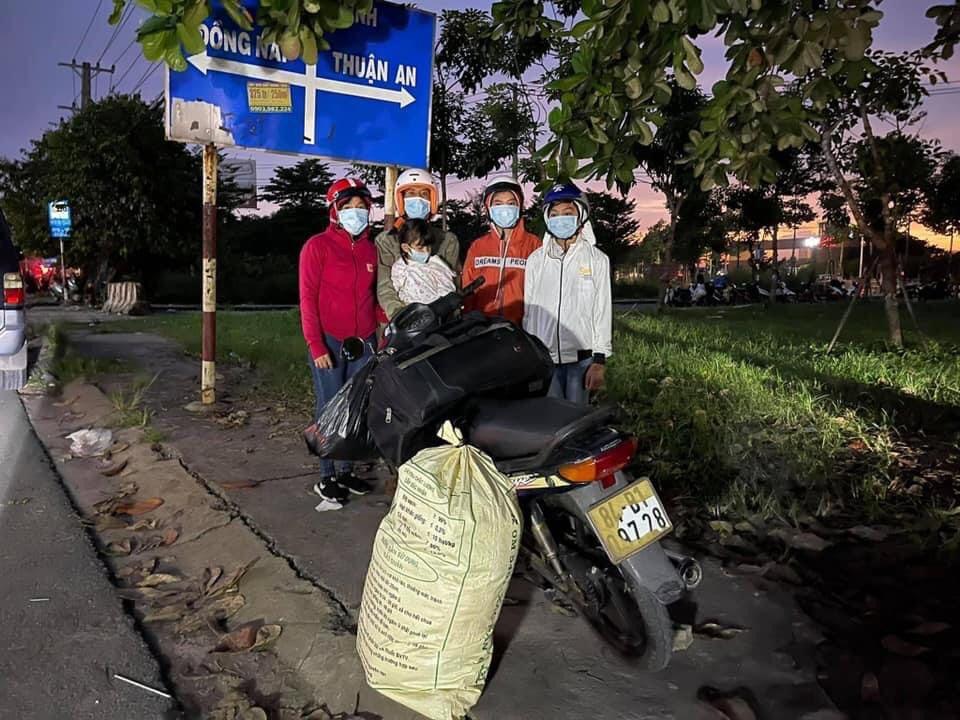 Một gia đình dự tính đi xe máy về quê