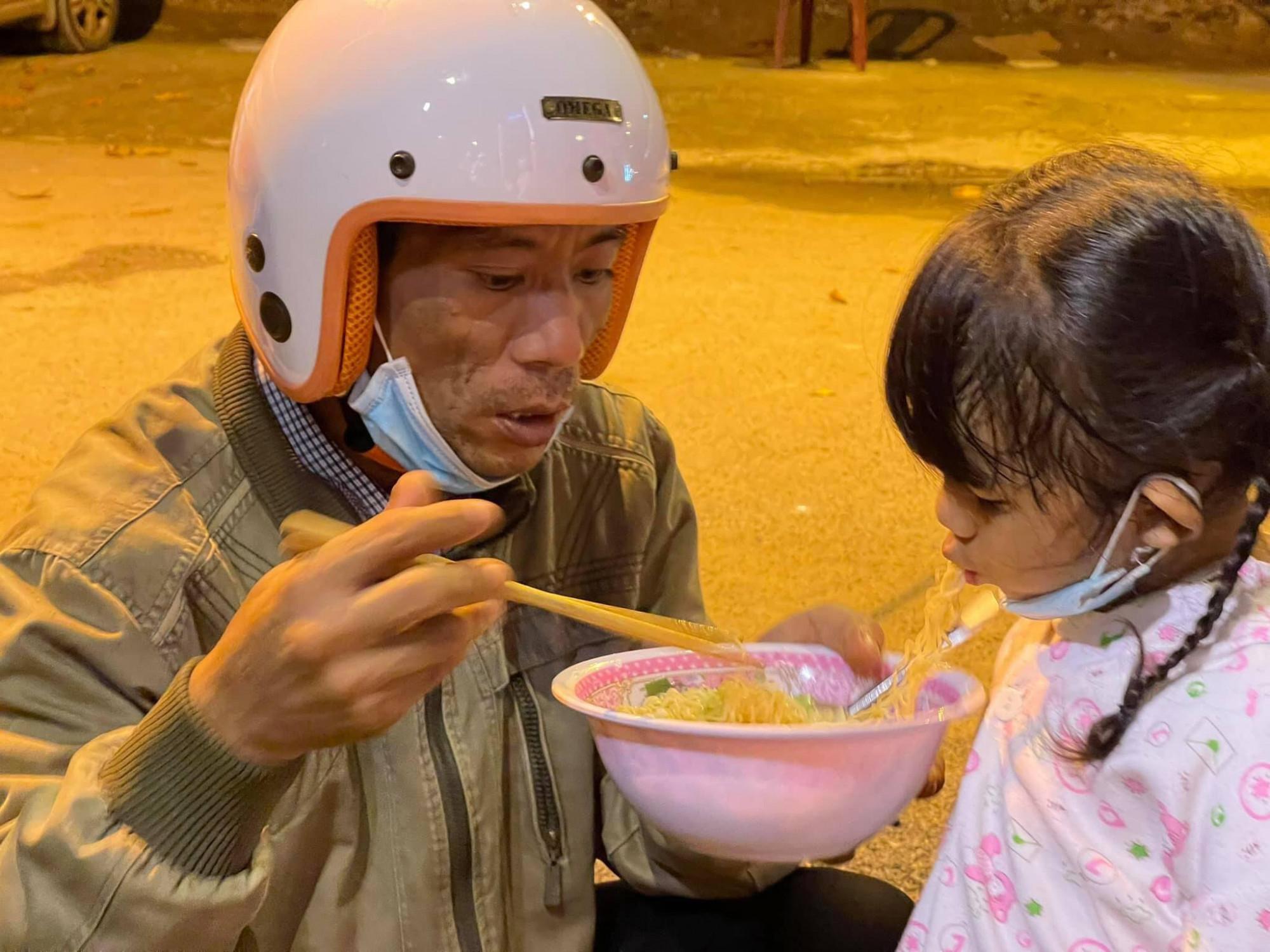 Có gia đình mang theo bình nước sôi để chế mì gói cho con ăn dọc đường