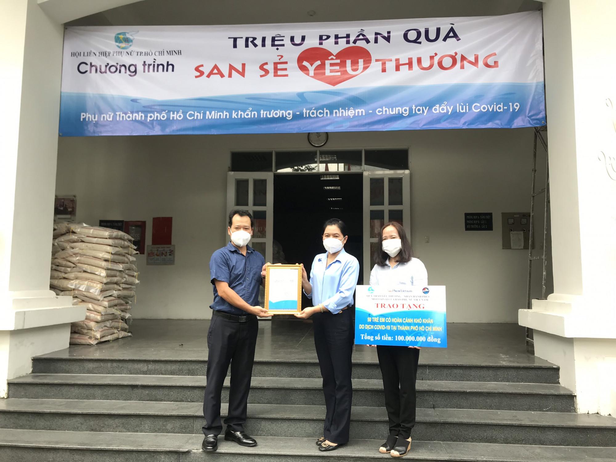 Đại diện Báo Phụ nữ Việt Nam trao 100 triệu đồng đồng hành cùng Hội LHPN TP chăm lo cho trẻ mồ côi