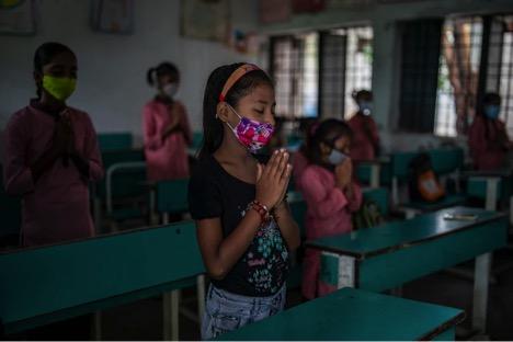 Buổi sáng họp mặt trong một lớp học vào ngày đầu tiên mở cửa lại trường học ở Noida, ngoại ô New Delhi