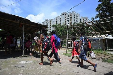 Trẻ em trên đường về nhà sau khi tham gia một lớp học do một tổ chức phi chính phủ tổ chức ở Tây Bengal